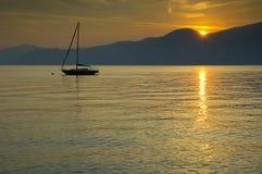 Einzelnes Boot auf dem See Lizenzfreie Stockfotografie
