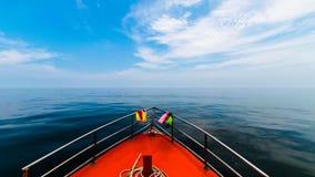 Einzelnes Boot mitten in Meer Stockbilder