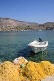 Einzelnes Boot und Fischernetze Stockfotografie