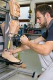 Einzelnes erwachsenes Arbeiten an prothetischer Beinanpassung stockfotos