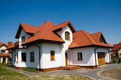 Einzelnes Familienweißhaus Lizenzfreies Stockfoto