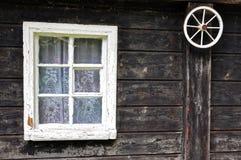 Einzelnes Fenster und das Rad Lizenzfreies Stockfoto