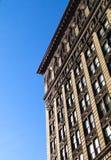 Einzelnes Gebäude und Himmel in New York lizenzfreies stockfoto