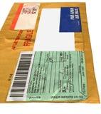Einzelnes gelbes Postpaket (Umschlag, Formular cn22) Stockbild