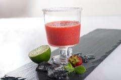 Einzelnes Glas des straberry Cocktails lizenzfreies stockfoto