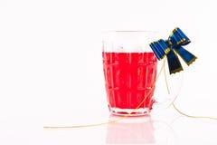 Einzelnes Glas mit rotem Getränk Stockfotografie