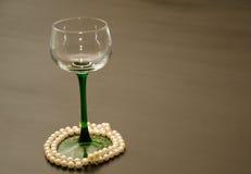 Einzelnes grünes aufgehaltenes Wein-Glas mit Perlen-Akzenten lizenzfreies stockfoto