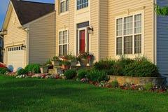 Einzelnes Haus mit der Landschaftsgestaltung Lizenzfreie Stockfotos