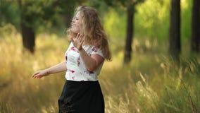 Einzelnes junges recht plus Größen-kaukasische glückliche lächelnde lachende Mädchen-Frau im weißen T-Shirt, tanzend in Sommer-Gr stock footage