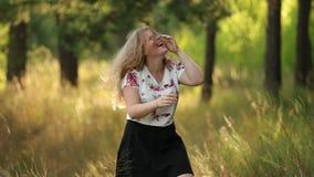 Einzelnes junges recht plus Größen-kaukasische glückliche lächelnde lachende Mädchen-Frau im weißen T-Shirt, tanzend in Sommer-Gr stock video