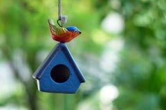 Einzelnes keramisches Vogelhaus im Garten Lizenzfreie Stockbilder
