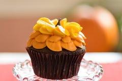 Einzelnes Makro des Schokoladensonnenblumen-kleinen Kuchens Stockfotos