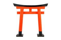 Einzelnes orange Torii auf dem weißen Hintergrund, lokalisiert Stockfoto