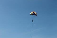 Einzelnes parachuter im blauen Himmel stockbilder