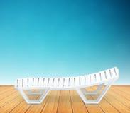 Einzelnes Plastikplattformstuhlstrandinventar auf Bretterboden Stockfoto