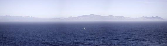 Einzelnes Segelboot an Kap der guten Hoffnung in Südafrika Stockfoto
