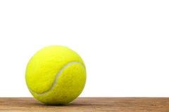 Einzelnes Tennisballtabellenholz lokalisiert Stockbilder