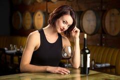 Einzelnes weibliches allein an trinkendem des Weins der Restaurantbar sexy verlockendem Flirt allein Stockbilder