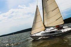 Einzelnes Yachtsegeln im Meer Lizenzfreies Stockbild