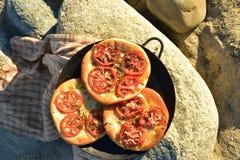 Einzelperson gebackenes Tomate foccacia Brot Stockfotos