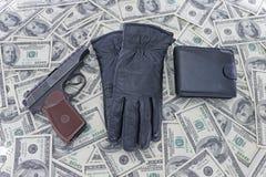 Einzelteile auf dem Hintergrund von Dollar Lizenzfreie Stockfotos