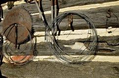 Einzelteile, die an einer Blockhauswand hängen Stockfotos