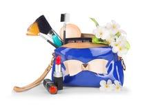 Einzelteile enthalten in der Handtasche der Frauen stockfotografie
