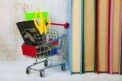 Einzelteile für Schule in einem Warenkorb Lizenzfreie Stockbilder