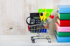 Einzelteile für Schule in einem Warenkorb Lizenzfreies Stockfoto