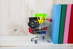 Einzelteile für Schule in einer den Einkaufslaufkatze und -büchern Lizenzfreies Stockbild