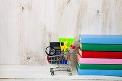 Einzelteile für Schule in einer den Einkaufslaufkatze und -büchern Lizenzfreie Stockfotografie