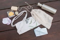 Einzelteile notwendig für null Abfall/weniger überschüssiges Einkaufen und Leben stockbilder