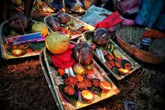 Einzelteile und Prasad für die Gelegenheit von Chhath Puja stockbilder
