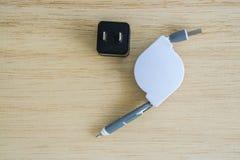 Einziehbares USB-Ladegerät für Smartphone mit Steckersockel Lizenzfreies Stockbild
