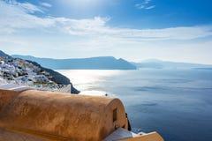 Einzigartige Architektur von ` s Oia Santorini Häusern auf der Klippe lizenzfreies stockbild