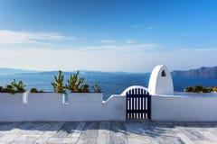 Einzigartige Architektur von ` s Oia Santorini Häusern auf der Klippe lizenzfreie stockfotos