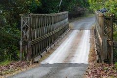 Einzigartige Brücke auf schmaler Landstraße lizenzfreies stockbild