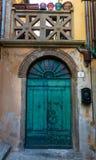 Einzigartige bunte grüne Eingangstür in Itlay stockfotografie