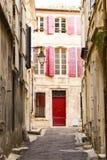 Einzigartige bunte rote Eingangstür mit rotem Fensterladen Italien stockfotos