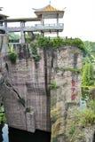 Einzigartige chinesische Pagode auf einem Cliffside Stockfotos