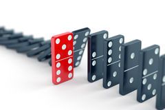 Einzigartige Dominofliese unter anderen Dominos Lizenzfreies Stockfoto
