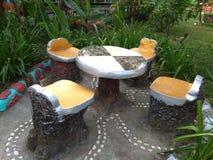 Einzigartige Familientabellen und -stühle im Garten Stockfotografie