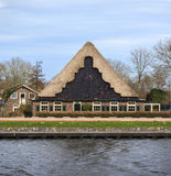 Einzigartige Holland-Architektur nahe Kanal Lizenzfreie Stockfotografie