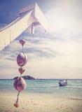 Einzigartige Retro- gefilterte Kokosnussdekoration auf tropischem Strand Stockfotos
