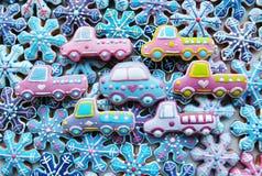 Einzigartige, selbst gemachte, bunte Mischung von Honey Cookies in Form des Autos, Schneeflocken Lizenzfreies Stockfoto