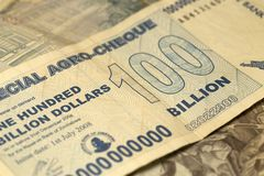 Einzigartige Simbabwe-Hyperinflation Banknote hundert Milliarde Dollar ausführlich, 2008 Stockbild
