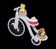 Einzigartiger Fahrradkuchenstand mit drei Kuchen Stockfoto