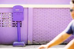 Einzigartiger purpurroter Farbbriefkasten von Uthaithani, Thailand stockfotografie