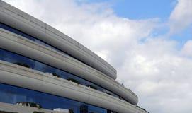 Einzigartiges Gebäude gegen einen blauen Himmel Lizenzfreie Stockbilder
