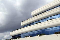 Einzigartiges Gebäude gegen einen blauen Himmel Stockbilder